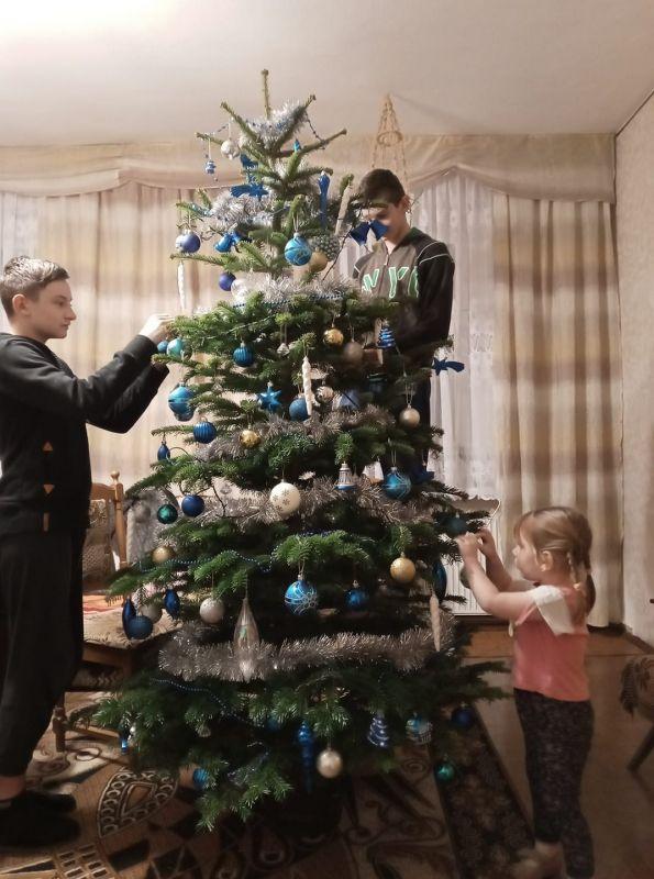 troje dzieci ubierających choi...