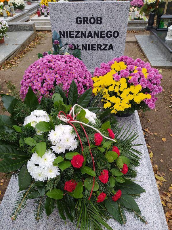 kwiaty na grobie nieznanego żo...