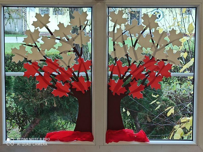 biało-czerwone drzewko na okni...